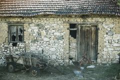 Ruinas del edificio agrícola abandonado Ruinas viejas del granero Casa de piedra en decaimiento Arquitectura y estructura Foto de archivo libre de regalías