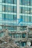 Ruinas del edificio bajo destrucción, escena urbana Imagenes de archivo
