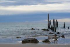 Ruinas del embarcadero antes de la puesta del sol - puerto Willunga, sur de Australia en Imagen de archivo