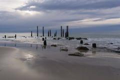Ruinas del embarcadero - puerto Willunga, sur de Australia en la puesta del sol Fotos de archivo