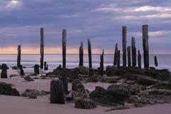 Ruinas del embarcadero - puerto Willunga, sur de Australia en la puesta del sol Foto de archivo