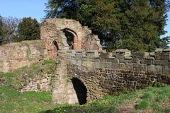 Ruinas del GateHouse y del puente del castillo de Astley Imagen de archivo libre de regalías
