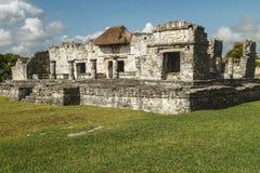 Ruinas del gran palacio y la fortaleza y el templo mayas, Tulum Foto de archivo libre de regalías