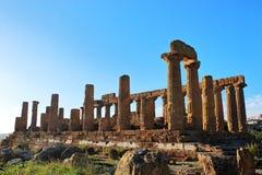 Ruinas del griego clásico en la isla de Sicilia Templo de la diosa Hera en rayos del sol de la primavera outdoor Viaje a Italia imagenes de archivo