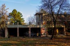 Ruinas del hotel abandonado fotos de archivo