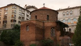 Ruinas del ladrillo de la herencia espiritual de la iglesia en el centro de la urbanización, historia metrajes
