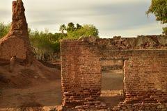 Ruinas del molino de azúcar viejo del ladrillo en Todos Santos, Baja, México imagenes de archivo