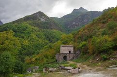 Ruinas del monasterio de Vahanavank cerca del pueblo de Kapan imagen de archivo