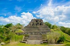 Ruinas del sitio del maya de Xunantunich en Belice imágenes de archivo libres de regalías
