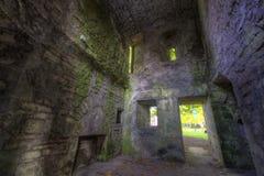 Ruinas del sitio en paredes del castillo Fotos de archivo