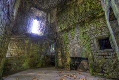 Ruinas del sitio en paredes del castillo Foto de archivo