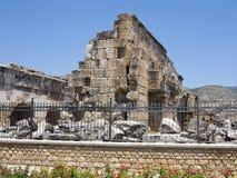 Ruinas del templo antiguo en Hierapolis y cielo azul Imagen de archivo
