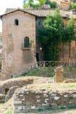 Ruinas del templo de Apolo al lado del teatro de la era de 12 BCE de Marcelo y del edificio antiguo del compañero Fotos de archivo libres de regalías