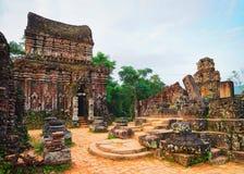 Ruinas del templo hindú viejo en mi hijo Vietnam fotos de archivo