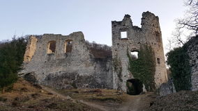 Ruinas delanteras de la pared de piedra del castillo viejo Samobor Croacia en la puesta del sol Fotografía de archivo libre de regalías