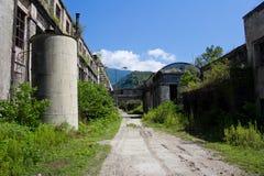 Ruinas demasiado grandes para su edad abandonadas de destruido por la central eléctrica de Tkvarcheli Tquarhcal de la guerra, Abj Fotos de archivo libres de regalías