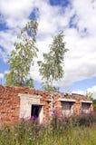 Ruinas destechadas y sin ventana solitarias de la casa del ladrillo Imagen de archivo