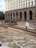 Ruinas editoriales de Roman Empire antiguo detrás de Pala presidencial Fotografía de archivo