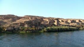 Ruinas en el banco del río el Nilo en Egipto almacen de metraje de vídeo