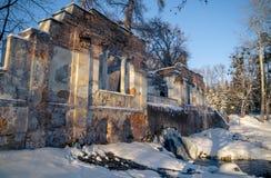 Ruinas en el parque del invierno Imagenes de archivo