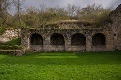Ruinas en yarda del monasterio georgiano fotos de archivo libres de regalías