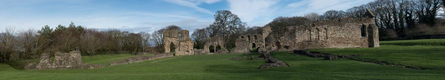 Ruinas históricas de la abadía de Basingwerk en pradera, cerca de Holywell País de Gales del norte Imágenes de archivo libres de regalías