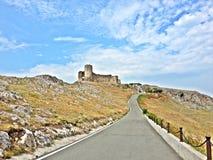 Ruinas históricas de un castillo en un día soleado Imagen de archivo