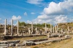 Ruinas laterales antiguas antiguas del templo en la costa mediterránea de Turquía Foto de archivo