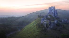 Ruinas mágicas del castillo de la fantasía romántica contra Fotos de archivo