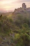 Ruinas mágicas del castillo de la fantasía romántica contra Imágenes de archivo libres de regalías