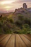 Ruinas mágicas del castillo de la fantasía romántica contra s vibrante imponente Imagen de archivo libre de regalías
