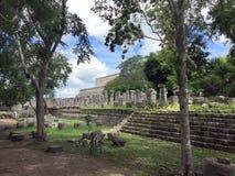 Ruinas mayas antiguas cerca del océano en Chichenitza México Foto de archivo