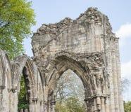 Ruinas medievales antiguas de la iglesia en ciudad inglesa Imagenes de archivo