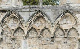 Ruinas medievales antiguas de la iglesia en ciudad inglesa Foto de archivo libre de regalías