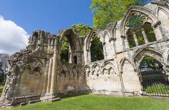 Ruinas medievales antiguas de la iglesia en ciudad inglesa Imagen de archivo libre de regalías