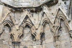 Ruinas medievales antiguas de la iglesia en ciudad inglesa Imágenes de archivo libres de regalías