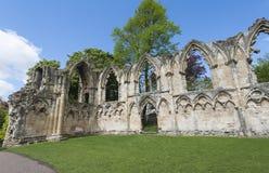 Ruinas medievales antiguas de la iglesia en ciudad inglesa Fotos de archivo