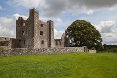 Ruinas medievales de la abadía en zona rural Imagenes de archivo