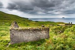 Ruinas que hacen frente a las islas de Skellig imagen de archivo