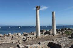 Ruinas Románicas en la costa de mar Mediterráneo imagenes de archivo