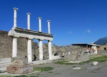 Ruinas romanas antiguas de Pompeya - paredes y columnas de Pompeya Scavi Imagenes de archivo