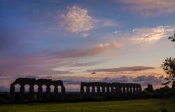 Ruinas romanas del acueducto en la puesta del sol Fotos de archivo libres de regalías