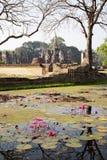 Ruinas siamesas antiguas reflejadas imagen de archivo libre de regalías