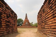ruinas Templo con la estatua y las paredes de ladrillo de Buda imagen de archivo libre de regalías