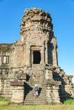 Ruinas tur?sticas de un Angkor Wat que visitan en la salida del sol, destino Camboya del viaje Mujer con el sombrero tradicional  fotos de archivo libres de regalías