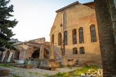 Ruinas viejas al lado del busto de Vlad Tepes, Vlad el Impaler, la inspiración para Drácula en Bucarest imagenes de archivo