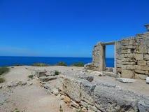 Ruinas viejas cerca del mar imagenes de archivo
