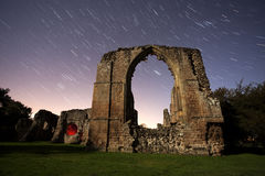 Ruinas viejas de la abadía en la noche Foto de archivo libre de regalías