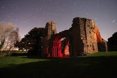 Ruinas viejas de la abadía en la noche Foto de archivo