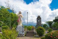 Ruinas viejas de la iglesia con la escultura de Jesús Imagen de archivo